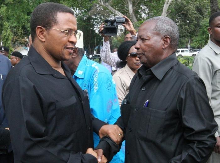 Rais Jakaya Kikwete (kushoto) na Katibu Mkuu wa CHADEMA, Dk. Wilbroad Slaa.